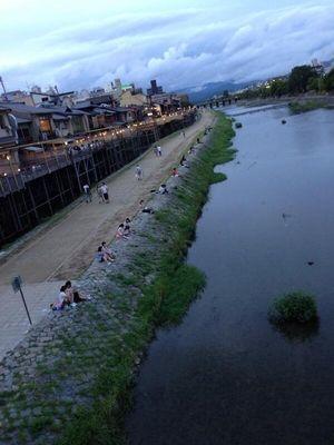 Parejas en Kamogawa. Foto robada de internet.